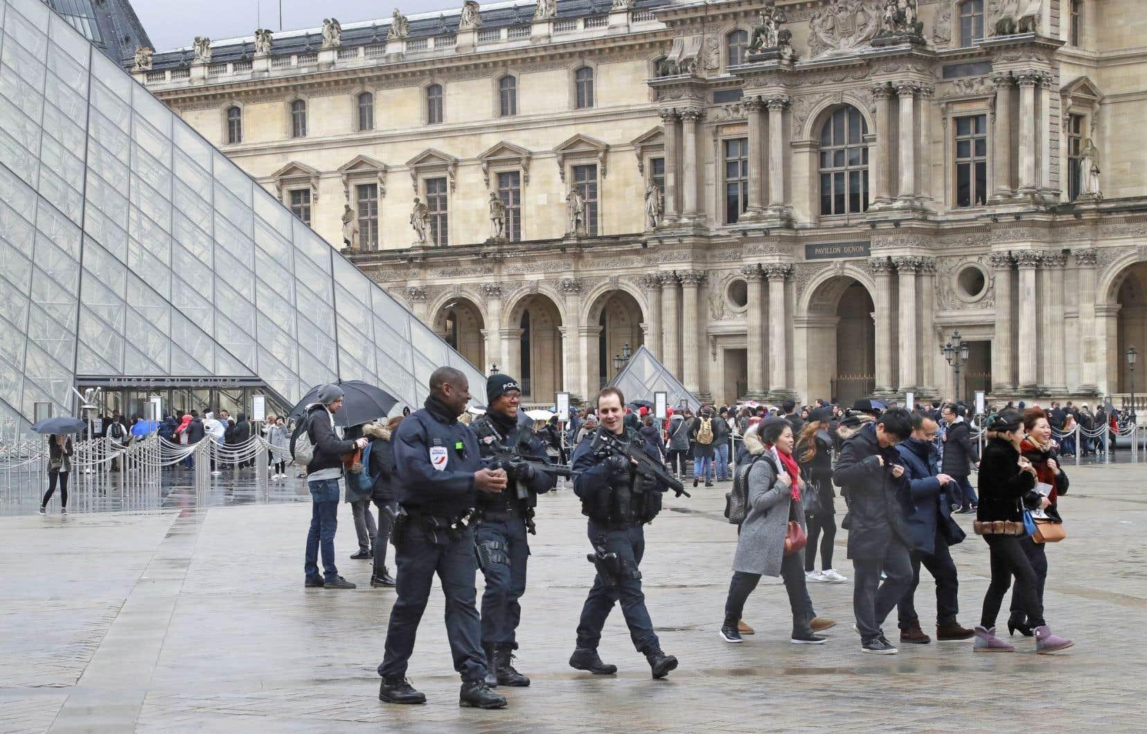 Le Louvre, musée le plus fréquenté du monde, fermé après l'agression, a rouvert dès samedi.