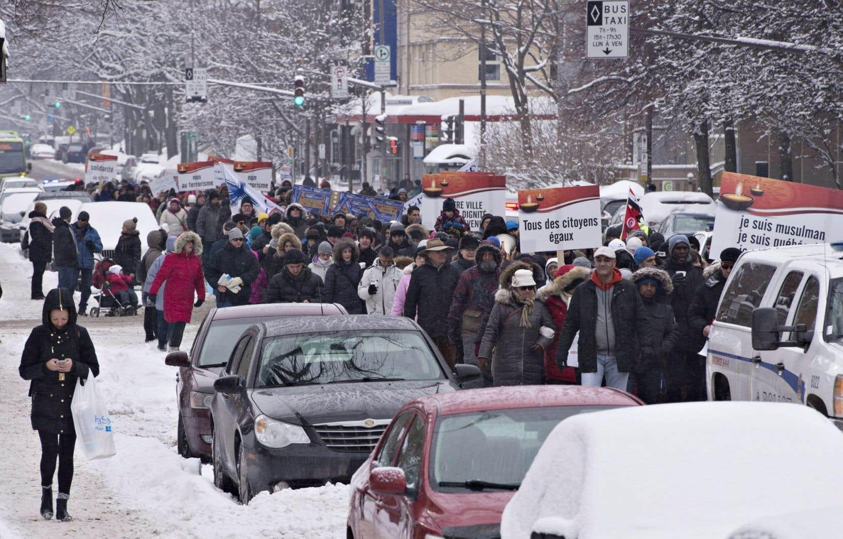 Plusieurs membres de la communauté fréquentant la mosquée située dans le centre ont marché en tête du défilé.