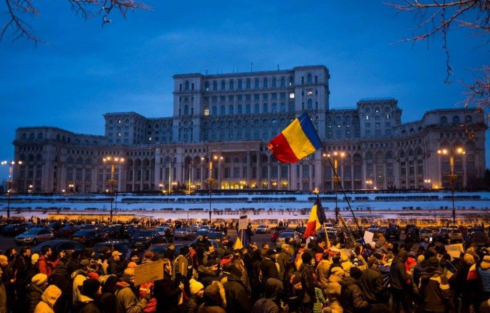 Des centaines de milliers de personnes ont marché dans les rues de la Roumanie toute la fin de semaine pour exiger la démission du gouvernement.