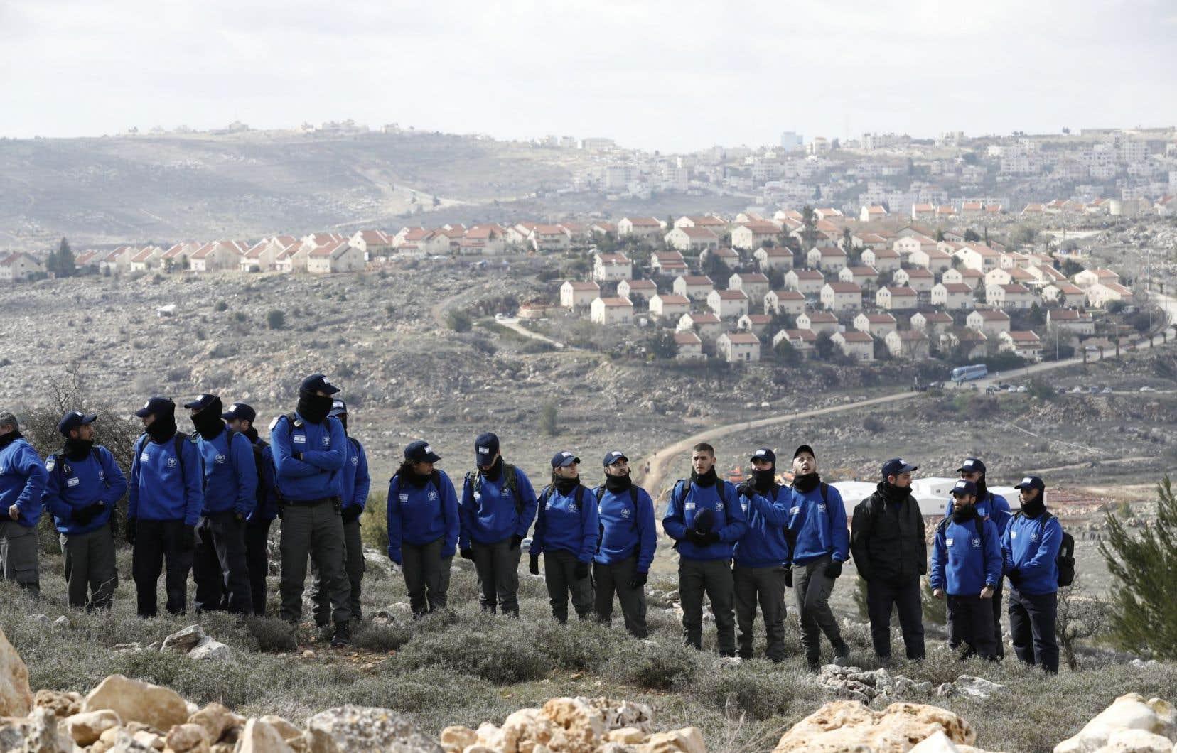 Les forces de sécurité israéliennes se rassemblent à Amona alors qu'elles se préparent à expulser les occupants juifs de l'avant-poste des colonies «sauvages».