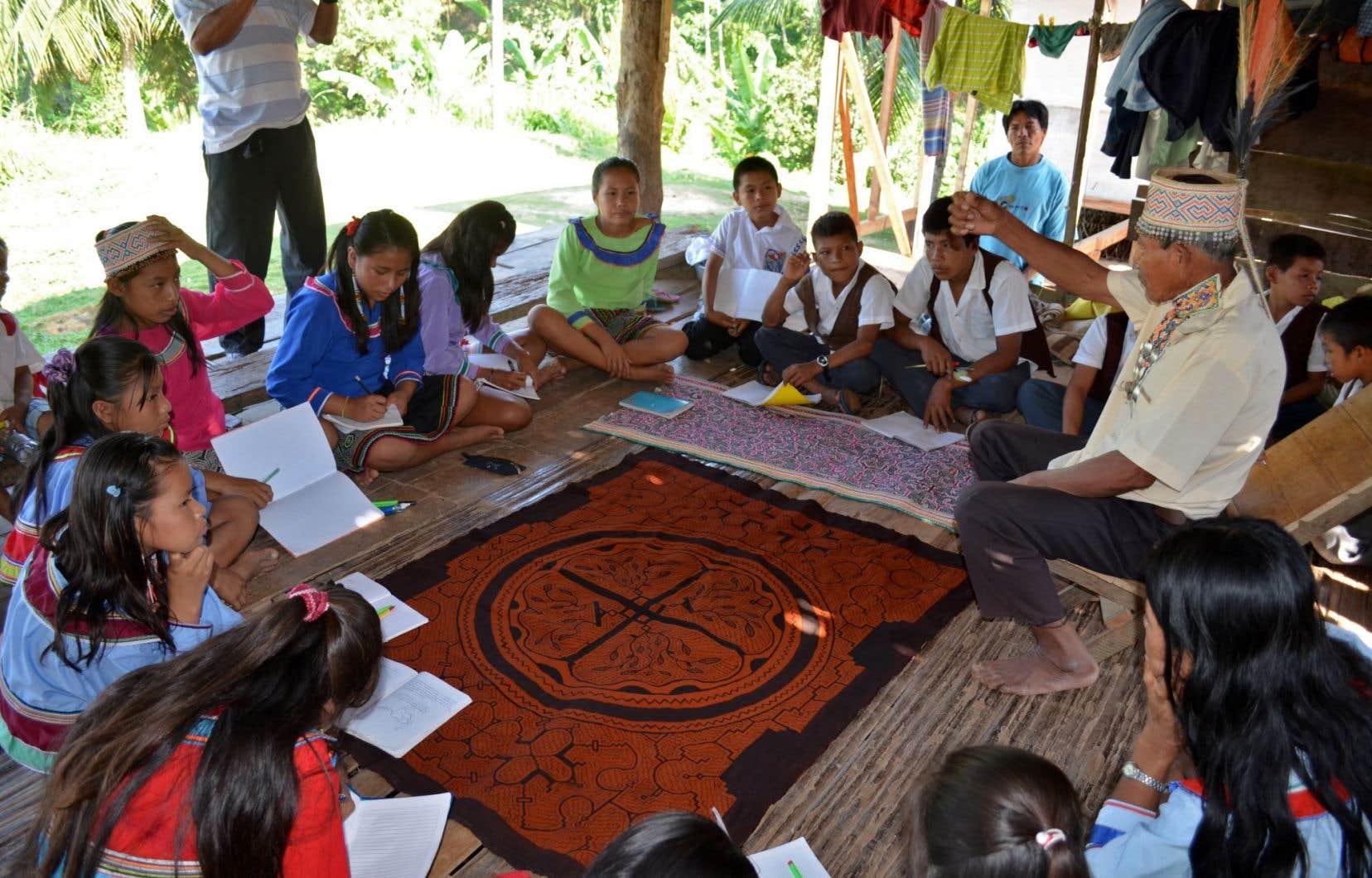 Des enfants amazoniens participent à des activités conçues pour pratiquer leur langue maternelle pour assurer la continuité du patrimoine culturel à Tingo Maria, au Pérou.