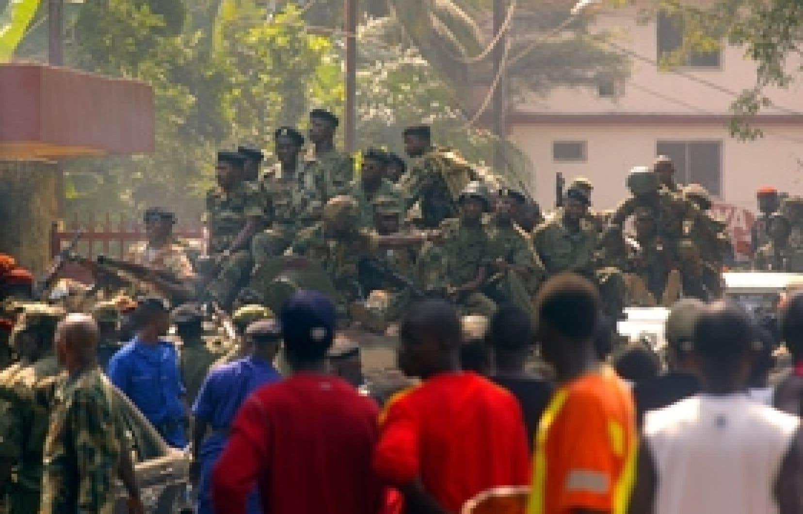 Des soldats guinéens patrouillaient hier dans les rues de Conakry.