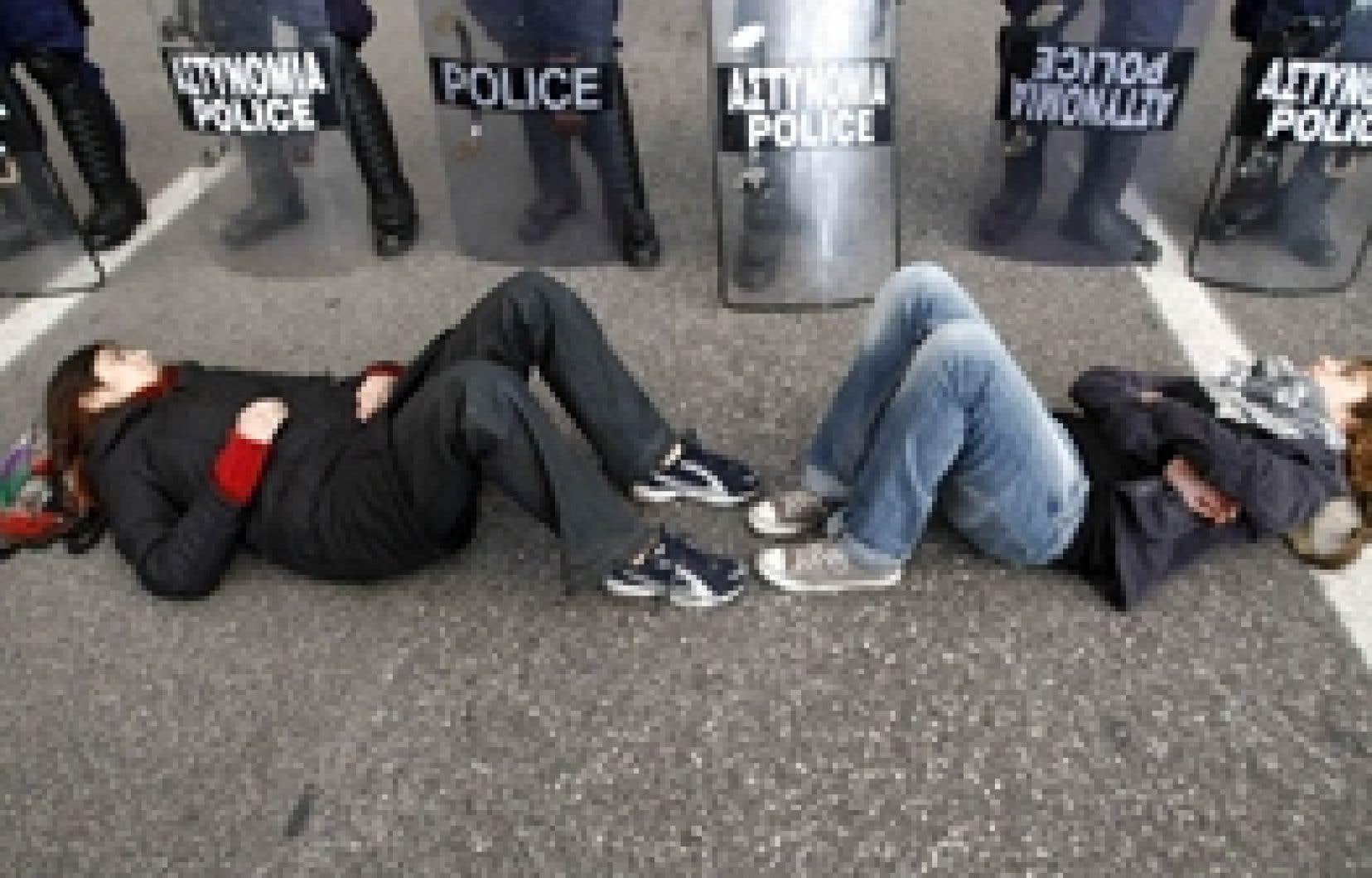 Deux étudiants devant le cordon de policiers qui gardaient hier les abords du Parlement grec.