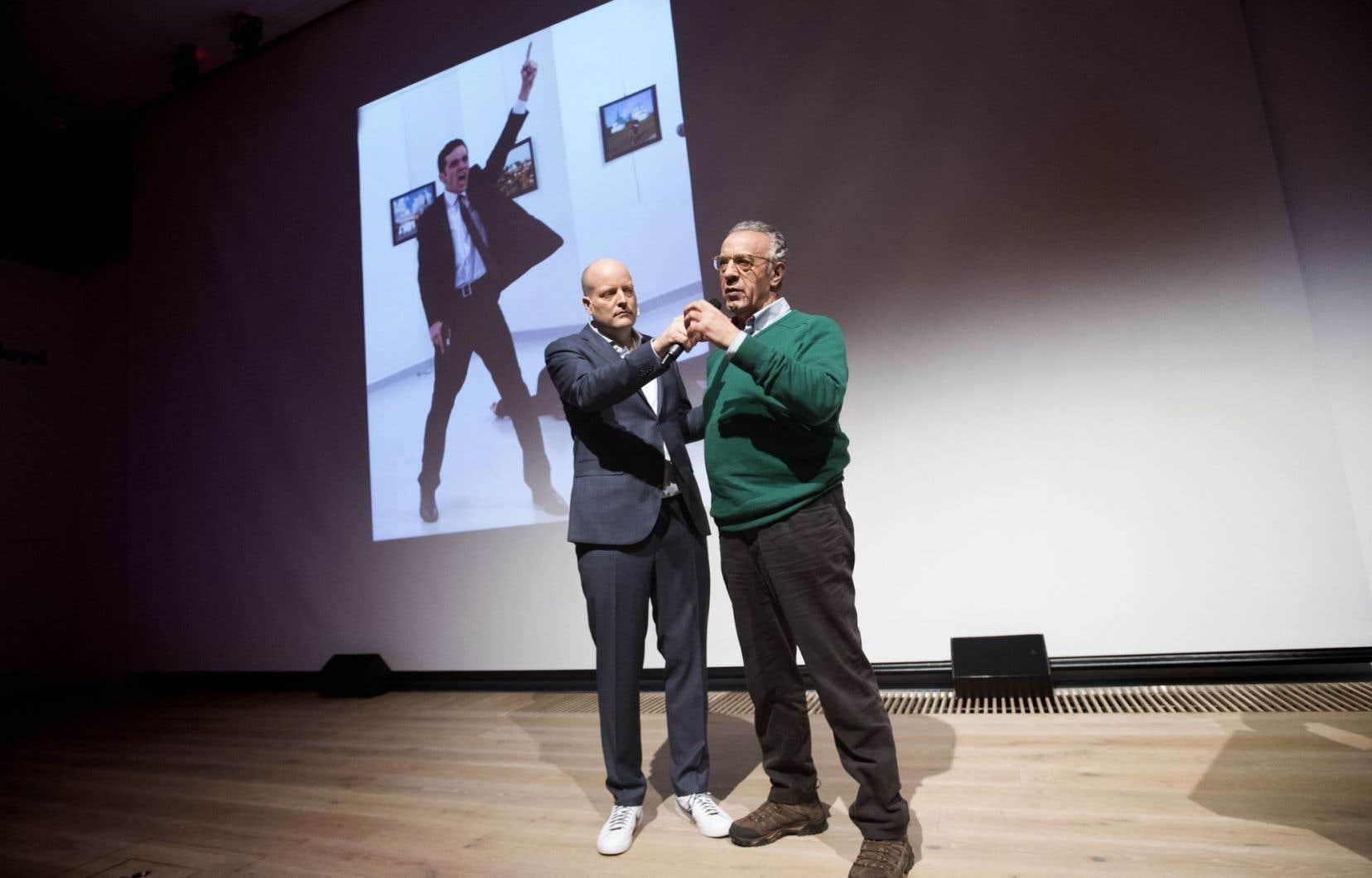 Le photographe turc Burhan Ozbilici (à droite), devant la photo gagnante.