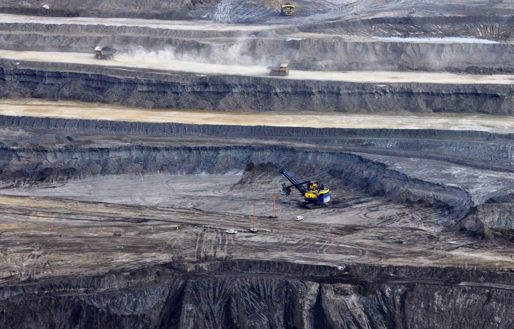 Le développement des sables bitumineux depuis les années 1990 a fait de ceux-ci la principale composante (80 %) de la production albertaine, exportée ailleurs au Canada de même qu'aux États-Unis.