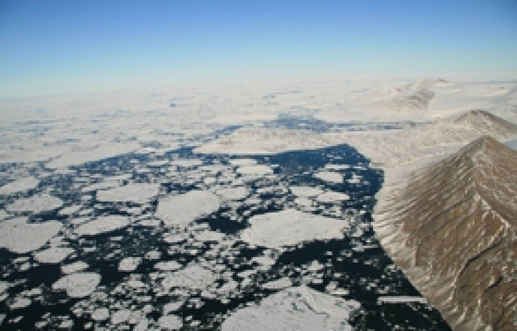 La disparition des plates-formes de glace géantes qui bordent l'île d'Ellesmere inquiète particulièrement les scientifiques.