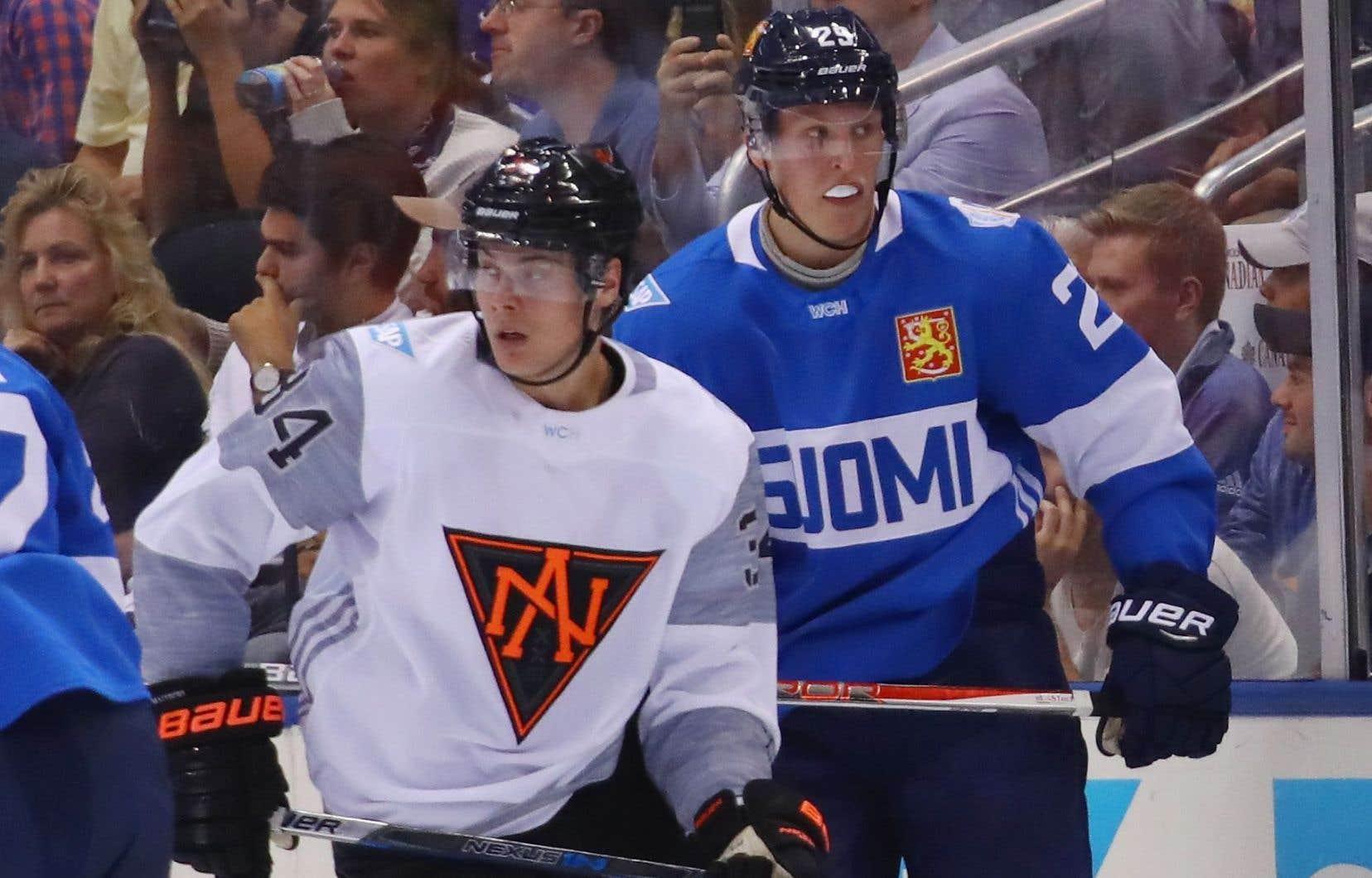 Auston Matthews (à gauche), de l'Équipe Amérique du Nord, et Patrik Laine, de l'équipe de la Finlande, lors de la Coupe du monde l'automne dernier