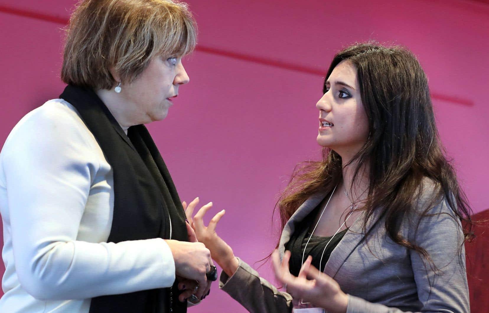 La ministre Hélène David en discussion avec Mélanie Lemay, de Québec contre les violences sexuelles