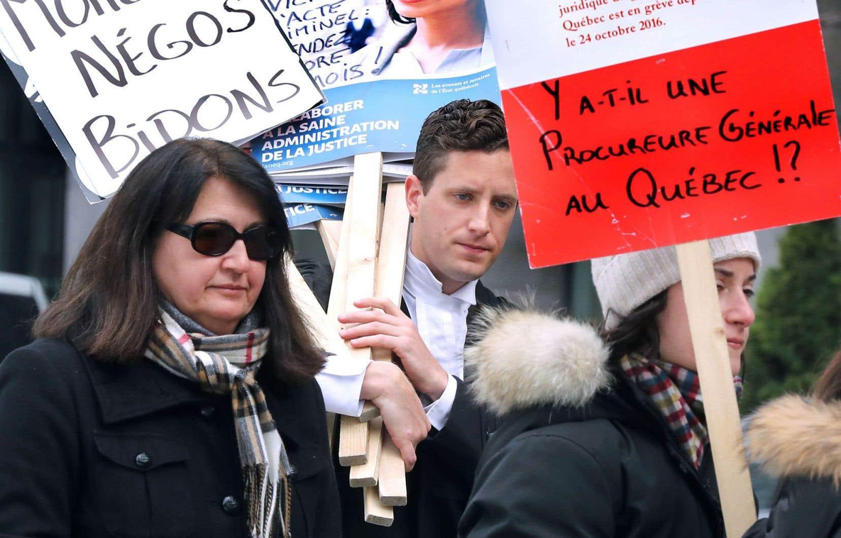 Les juristes de l'État sont en grève depuis pas moins de quatre mois et demi. Ils se pencheront sur la dernière offre de Québec dans les prochaines heures.