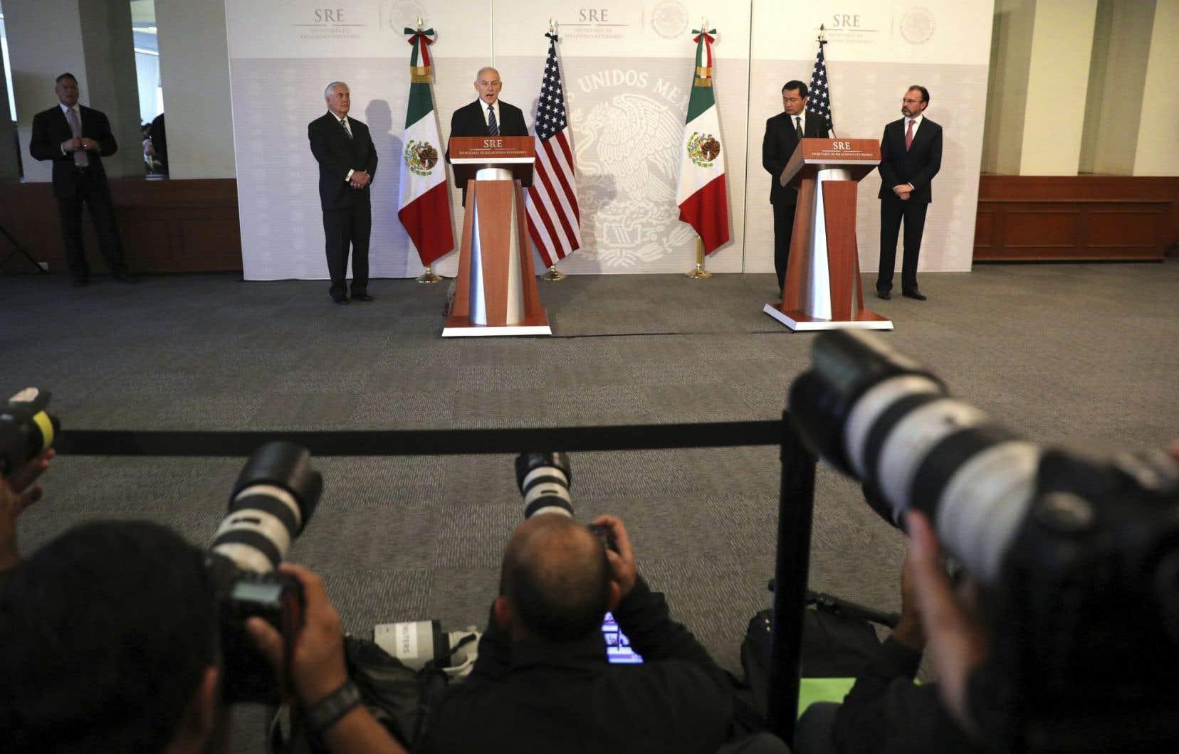Le secrétaire américain à la Sécurité intérieure, John Kelly, lors d'un point de presse au côté du secrétaire d'État, Rex Tillerson, et de leurs homologues mexicains