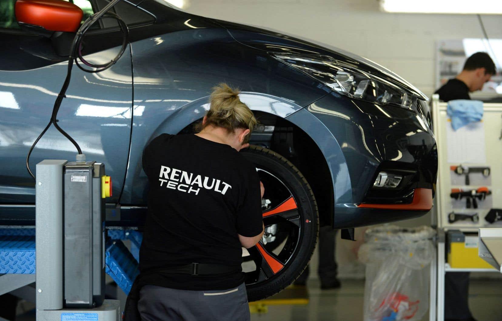 Un travailleur de Renault à l'usine de Flins-sur-Seine, en France