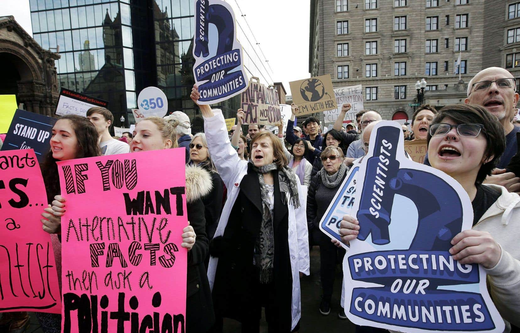 Des marches s'organisent à travers les États-Unis, dont celle-ci, à Boston, le 17 février dernier. Les scientifiques présents réclamaient du gouvernement Trump qu'il reconnaisse les changements climatiques.