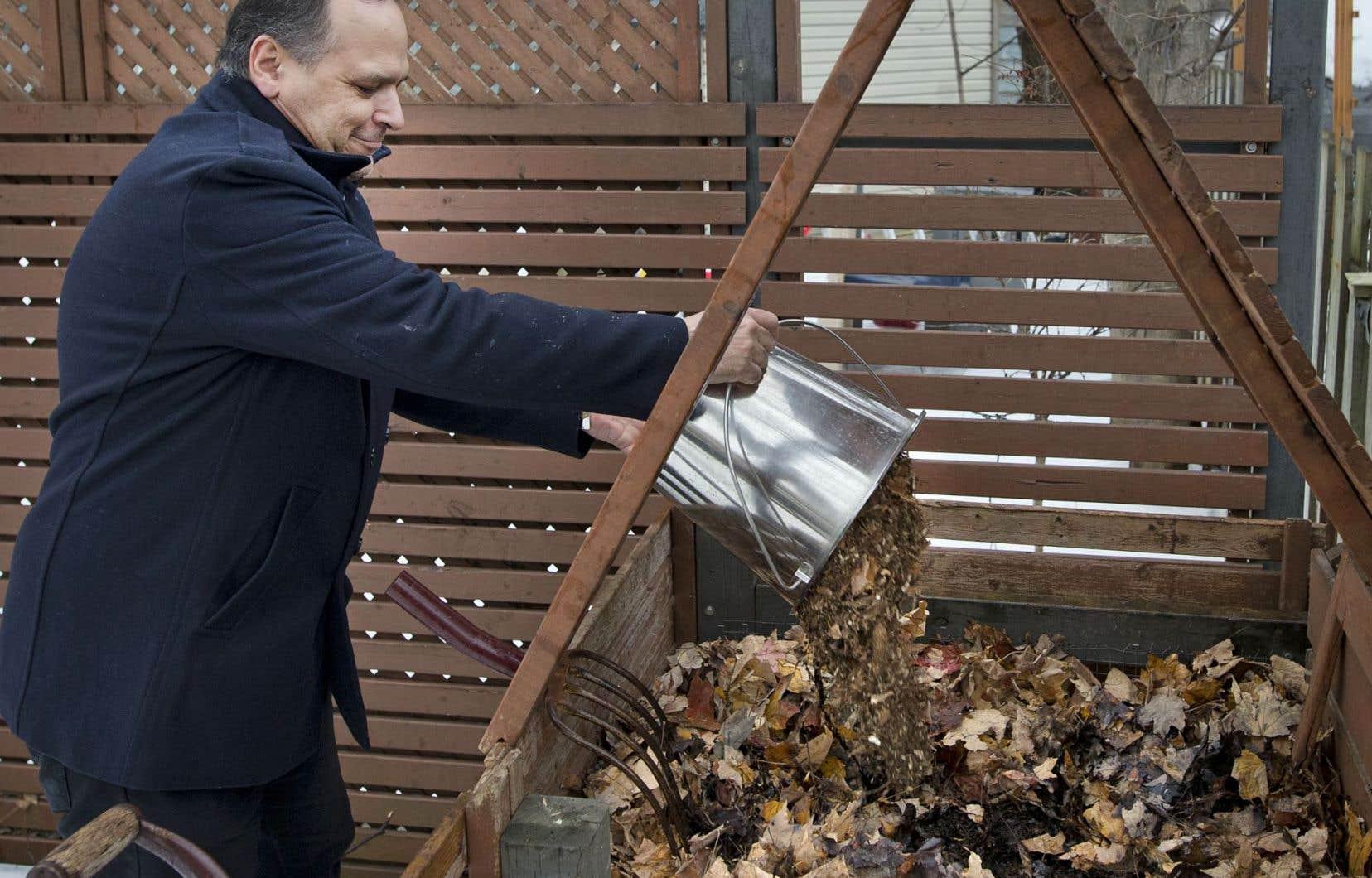 Vivre à Montréal n'a pas empêché André Leguerrier de composter ses déjections dans son jardin.