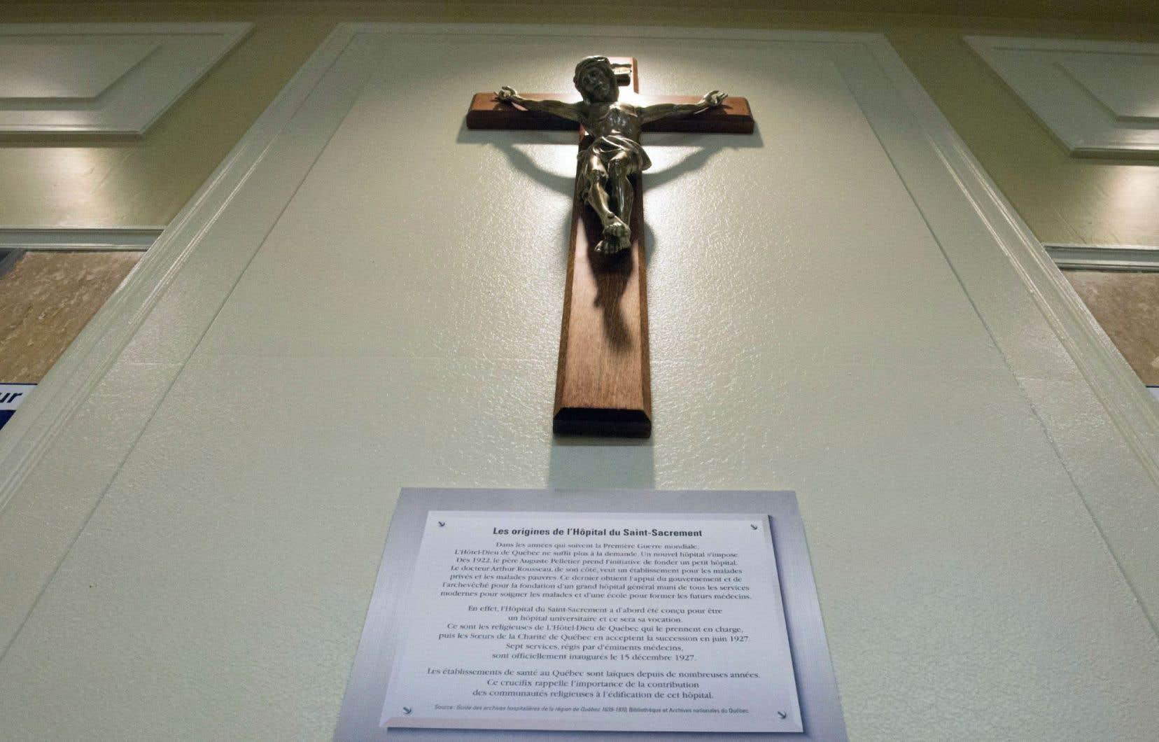 Le crucifix est de retour à l'entrée de l'Hôpital du Saint-Sacrement, à Québec.
