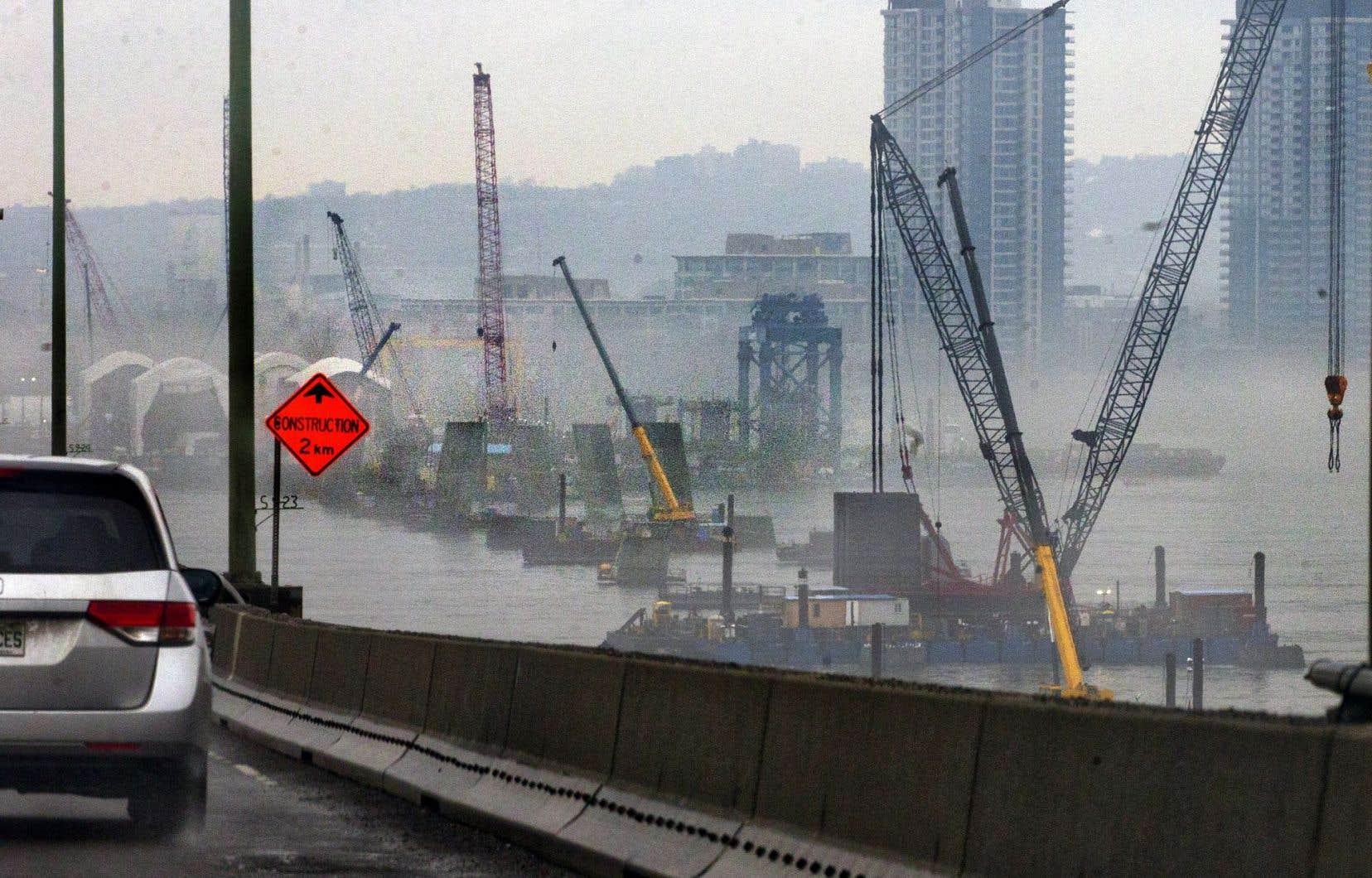 La construction du nouveau pont a été ralentie, le temps que les gestionnaires du chantier trouvent comment y acheminer les pièces les plus lourdes.
