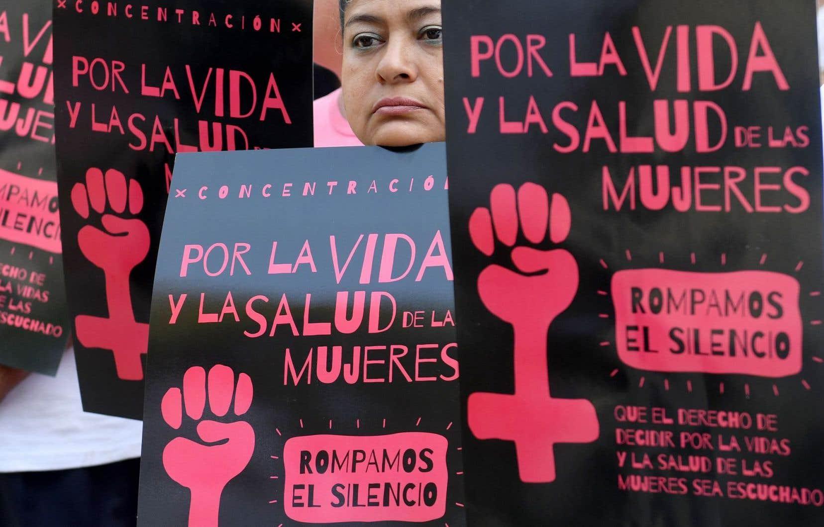 Manifestation au Salvador, en février dernier, pour réclamer la décriminalisation de l'avortement «pour la vie et la santé des femmes», peut-on lire sur les pancartes.