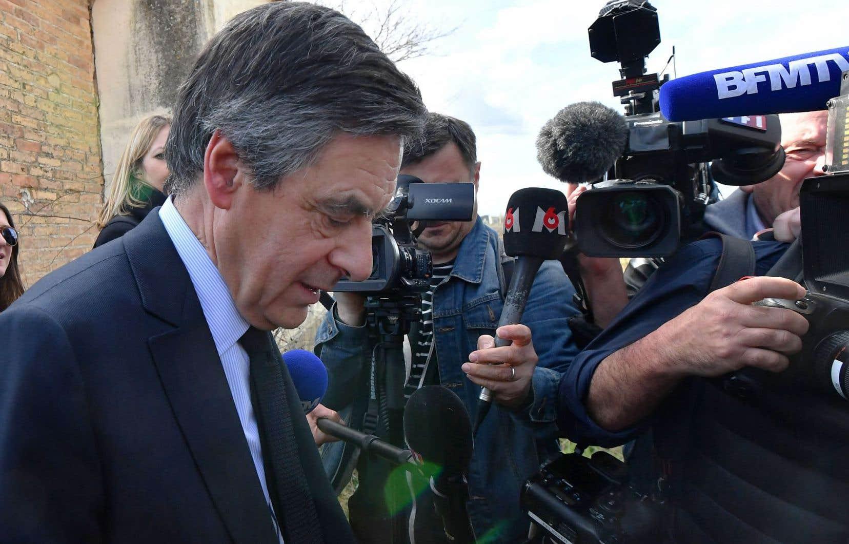 Toute la journée de vendredi, les appels à la démission de François Fillon se sont succédé. Il est délaissé de toutes parts par les élus de la droite.