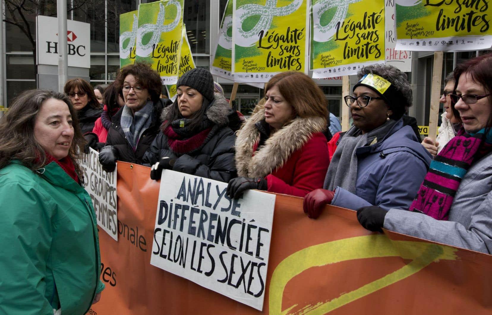 Des femmes manifestent devant le bureau de couillard à montréal