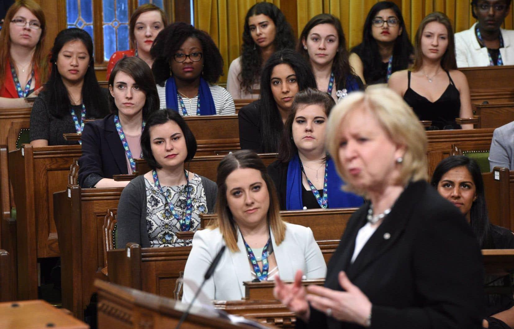 La session des 338 «héritières du suffrage» a débuté avec un discours de la première première ministre du Canada, Kim Campbell.