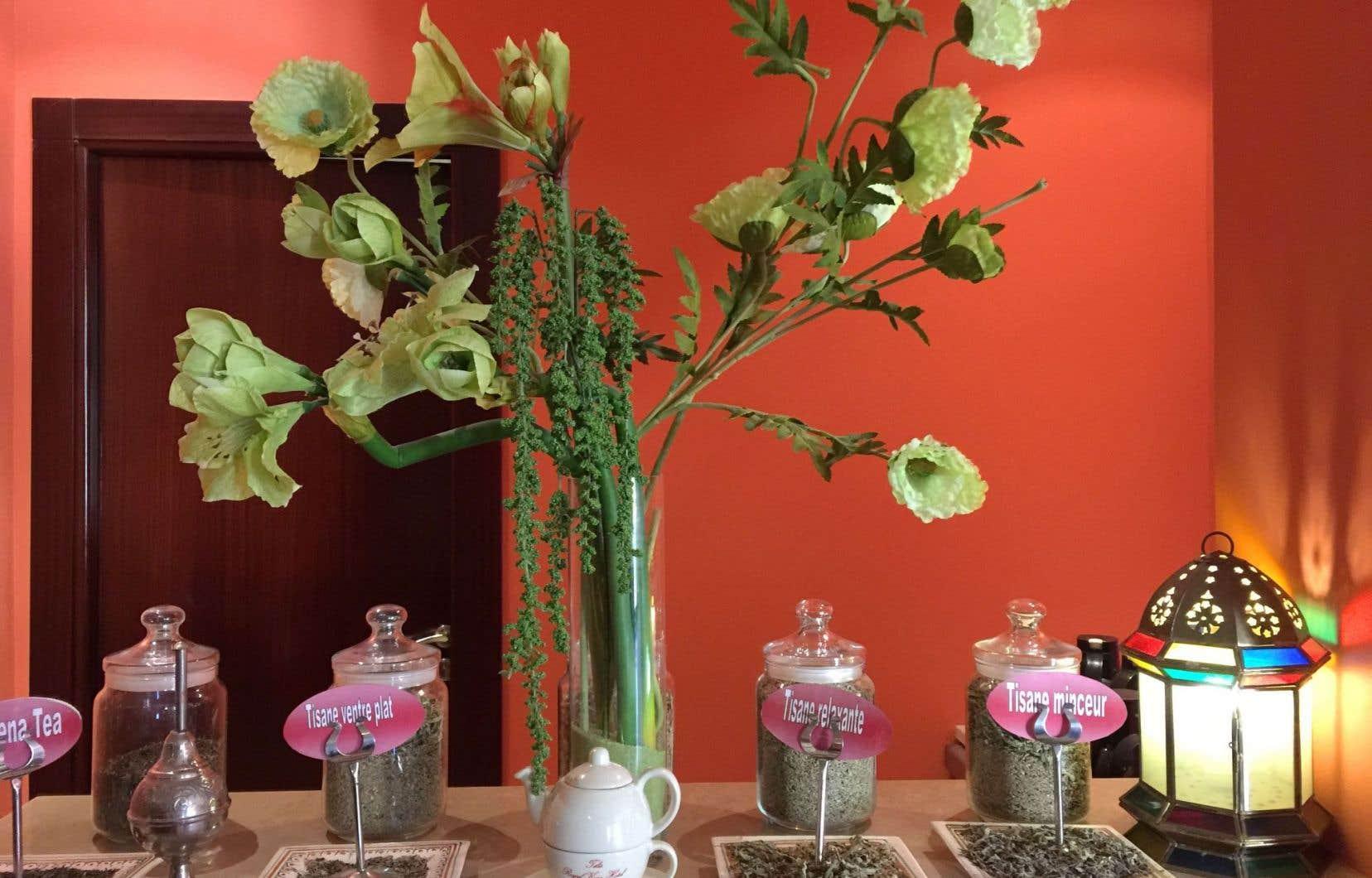 On retrouve des luminaires, des fleurs et des couleurs du désert dans toutes les pièces du centre de thalasso Télès de l'hôtel Royal Kenz, à Sousse.