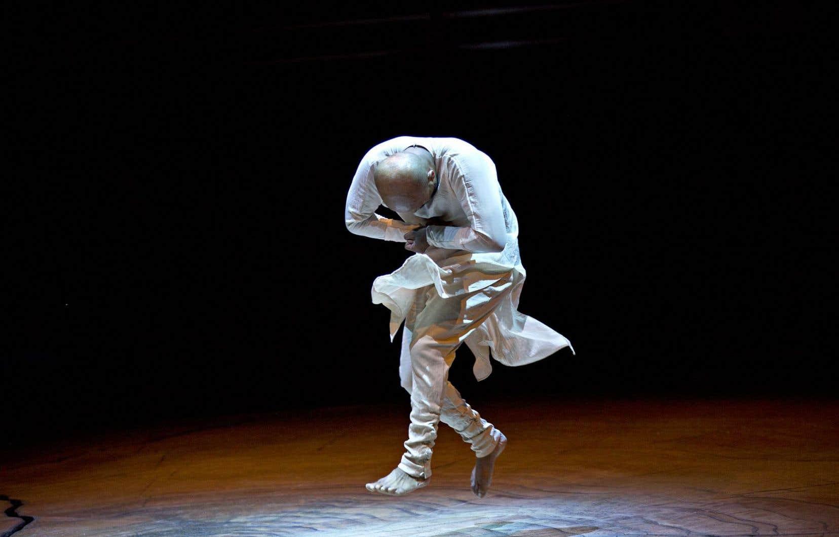 À travers le kathak, danse traditionnelle de l'Inde, Akram Khan explore l'expression physique des genres.