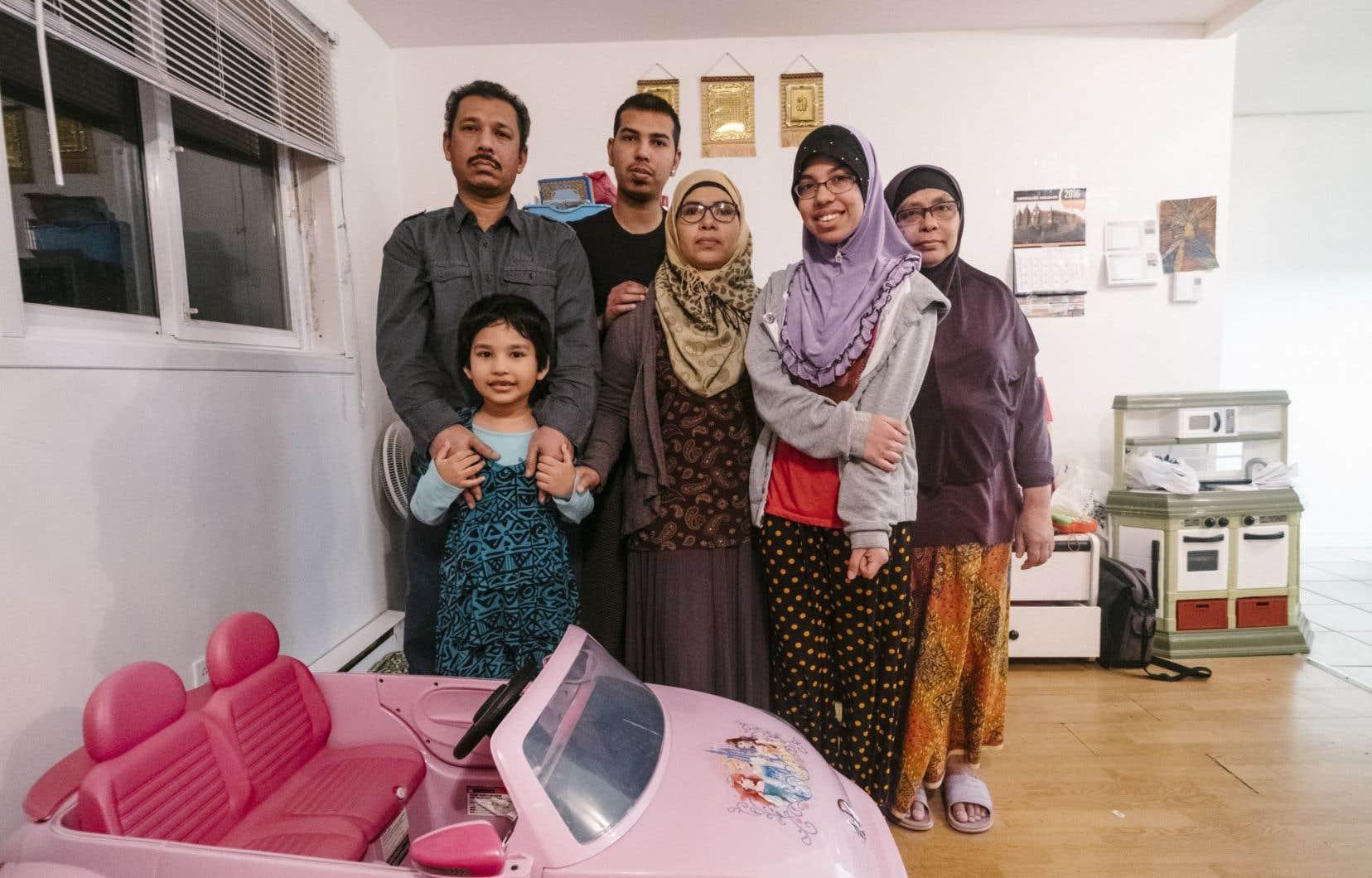 Abdul Rachid, ici en compagnie de sa famille. Faute d'un permis de conduire québécois, il pense aller s'établir à Mississauga, en Ontario, d'ici deux mois.