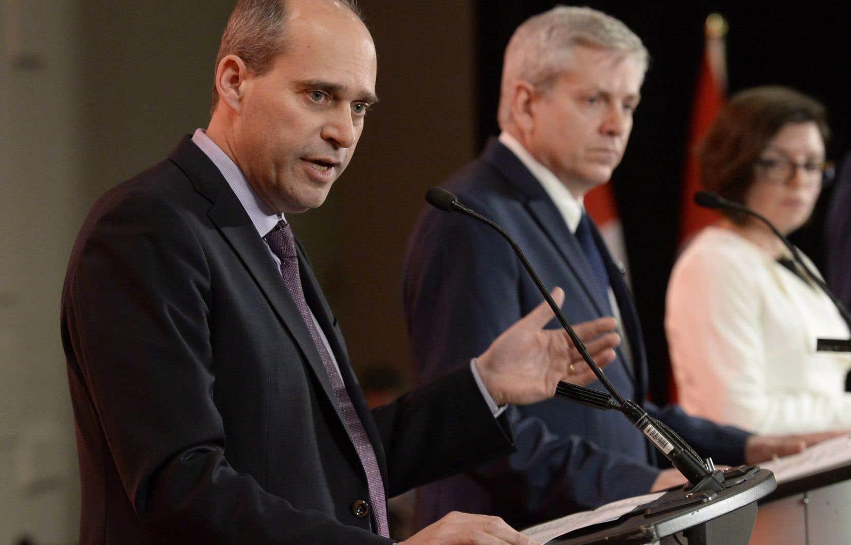 Les candidats Guy Caron, Charlie Angus et Niki Ashton lors du premier débat de la course à la chefferie du NPD, le 12 mars 2017 à Ottawa