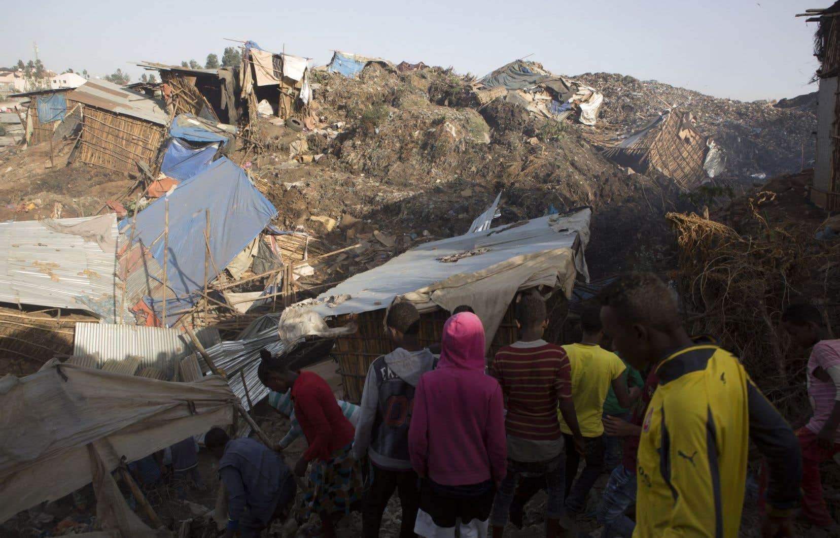 Un flanc de la principale montagne de déchets du dépotoir se serait subitement détaché, emportant les habitations de fortune qui s'y dressaient.