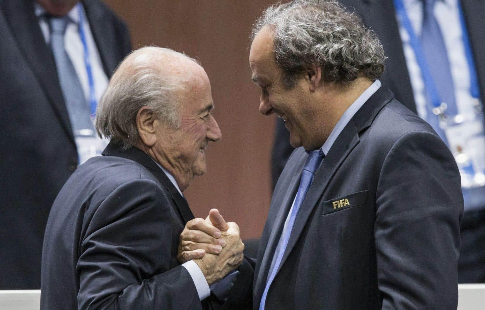 L'ancien président de la FIFA Sepp Blatter (gauche)