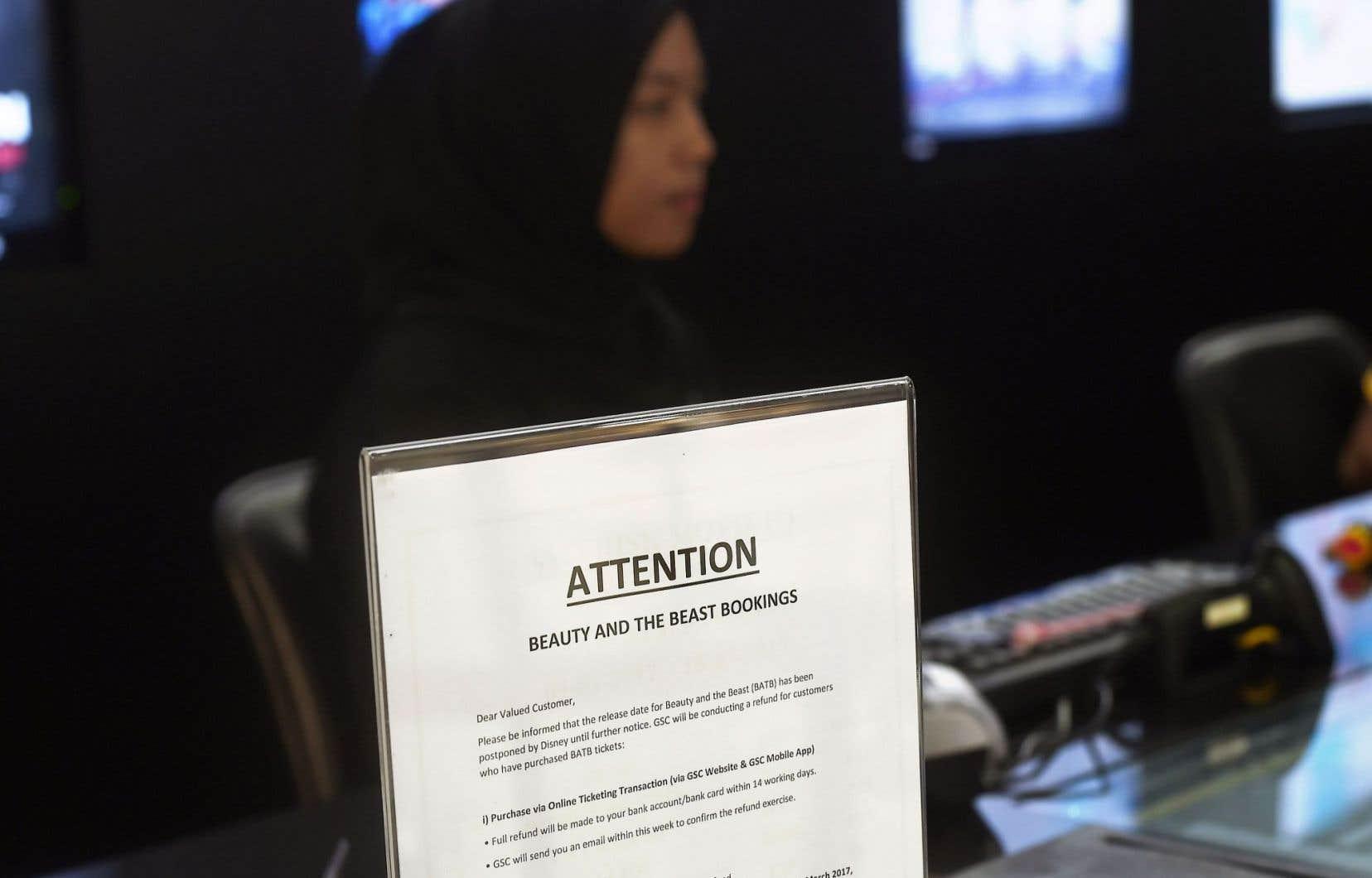 Des écriteaux placardés dans les chaînes de cinémas à Kuala Lumpur indiquent que la diffusion du film a été «reportée jusqu'à nouvel ordre».