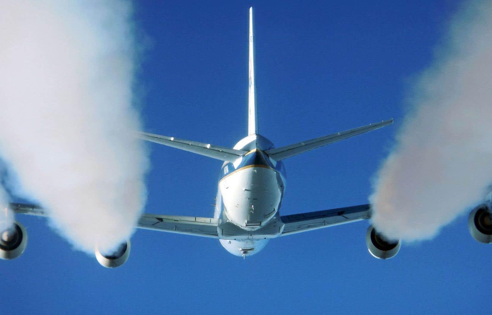 Pour leur étude, les chercheurs ont procédé à des prélèvements des gaz d'échappement d'un DC-8 de la NASA.