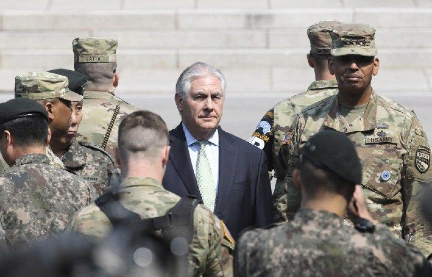 Le chef de la diplomatie américaine, Rex Tillerson, a visité la zone commune de sécurité de Panmunjom, gardée depuis la fin de la guerre de Corée (1950-53) par la Corée du Nord et le commandement de l'ONU dominé par les États-Unis.