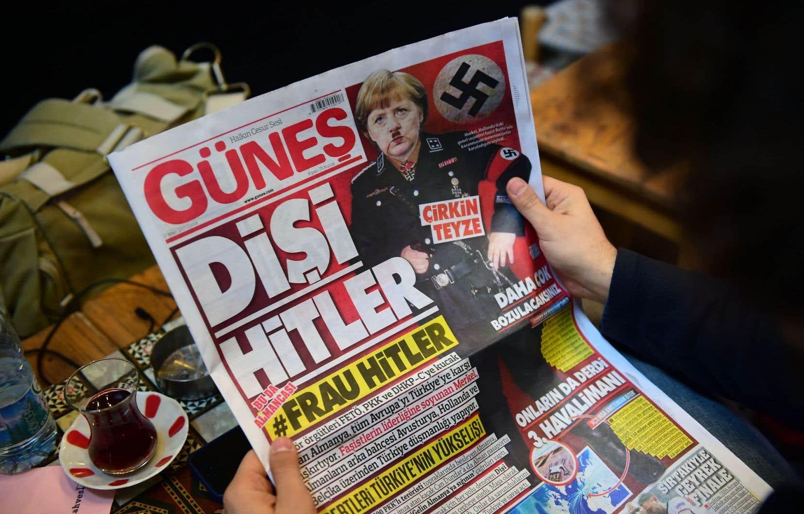 «Une Hitler au féminin», titre le quotidien Günes, avec une croix gammée et un photomontage de Merkel affublée d'une petite moustache et d'un uniforme nazi.