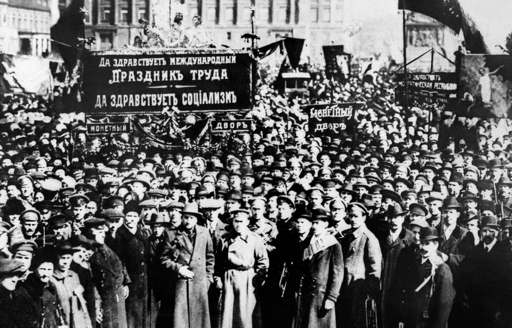 Une manifestation à Moscou en mars 1917. Cette année-là, grèves et émeutes surviennent en Russie alors que des mutineries sont enregistrées dans l'armée.