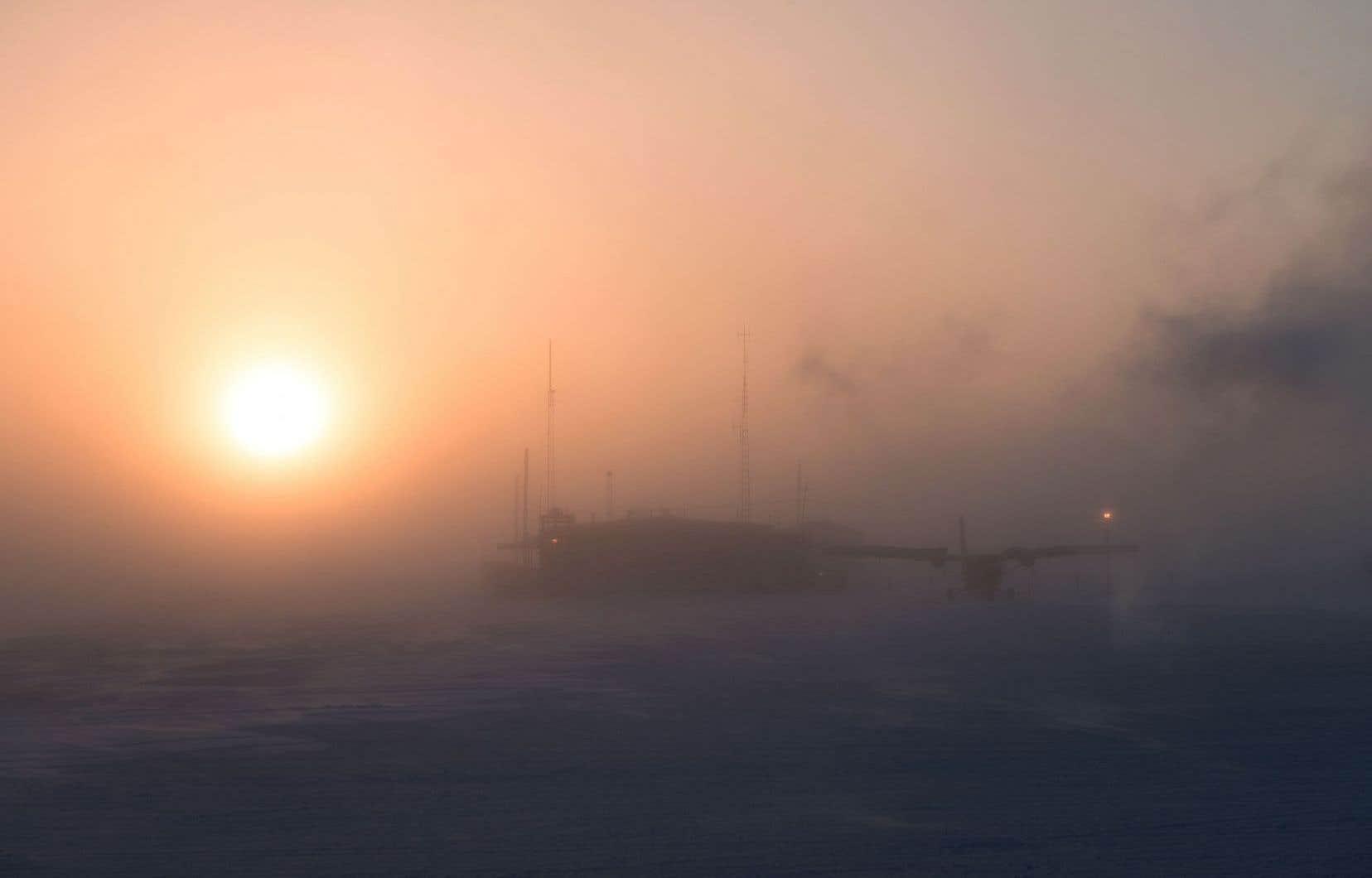 Le blizzard a forcé l'annulation de plusieurs opérations de l'armée canadienne, qui mène pendant un mois un entraînement hivernal avec quelque 220 soldats à Hall Beach, au Nunavut.