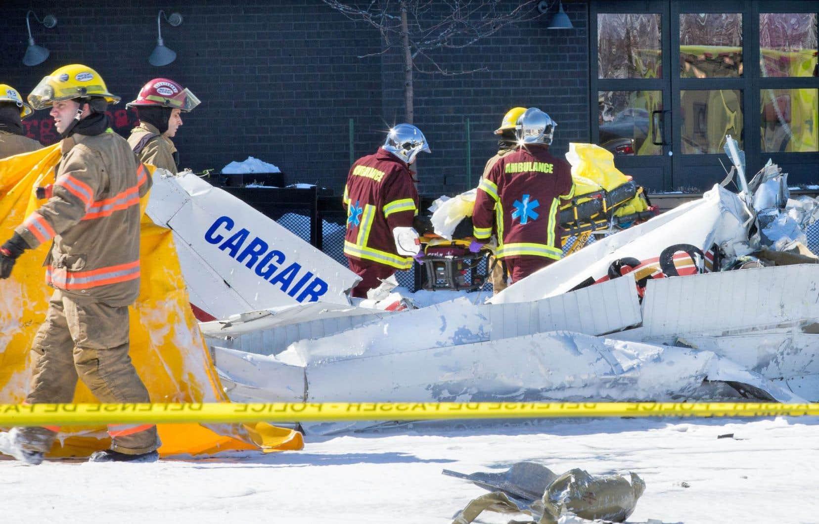 L'un des deux appareils impliqués dans la collision inusitée est tombé à pic dans le stationnement des Promenades Saint-Bruno. L'autre s'est écrasé sur le toit du centre commercial.