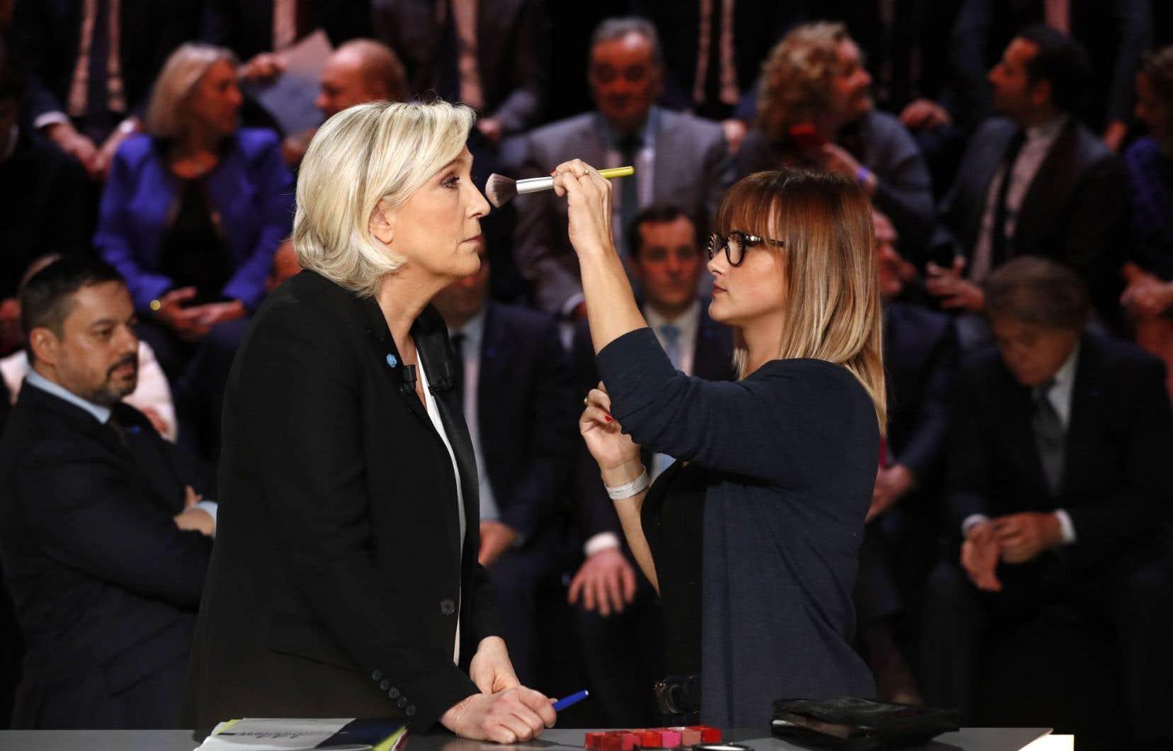 Dernières retouches au maquillage de Marine Le Pen avant le débat télévisé qui l'opposait lundi soir à ses quatre adversaires.
