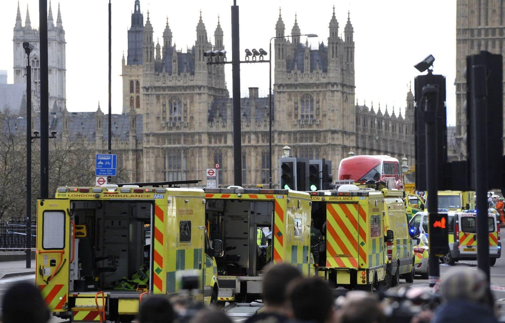 <p>Les véhicules desservices d'urgence étaient nombreux,mercredi, devant le parlement de Westminster à Londres.</p>