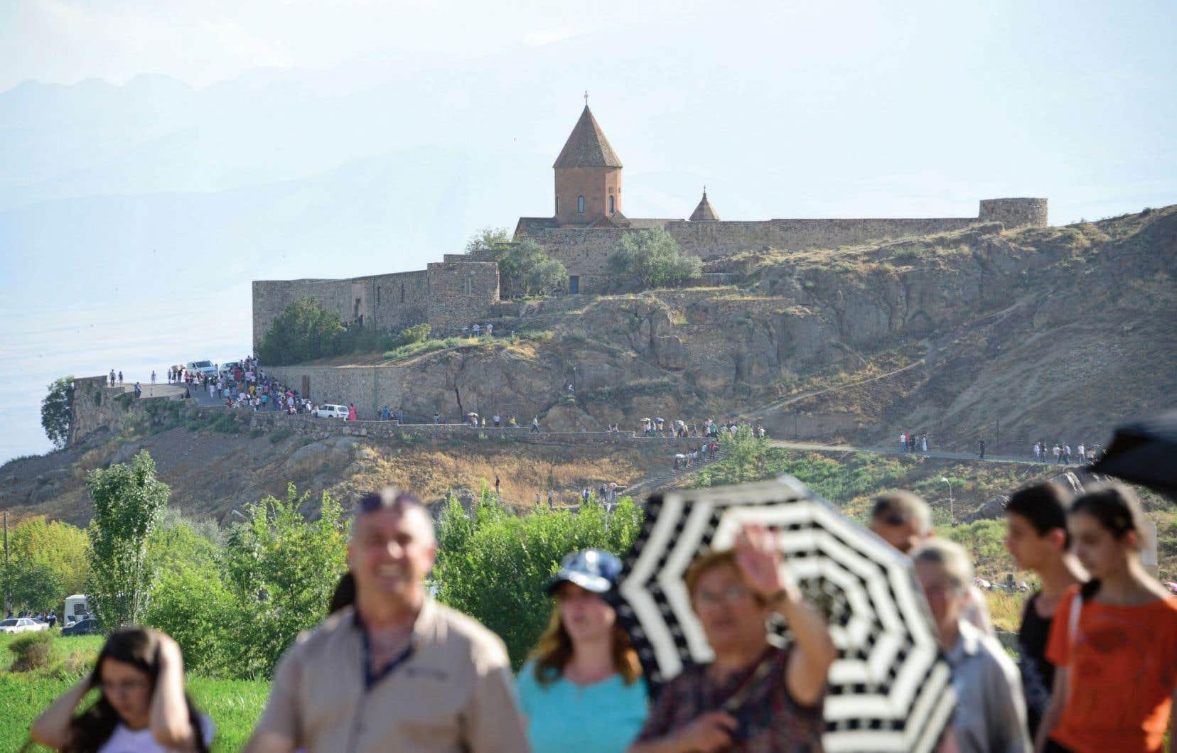 Au sud-est d'Erevan, le monastère de Khor Virap, qui se dessine sur fond de montagne, offre un panorama époustouflant sur le mont Ararat.