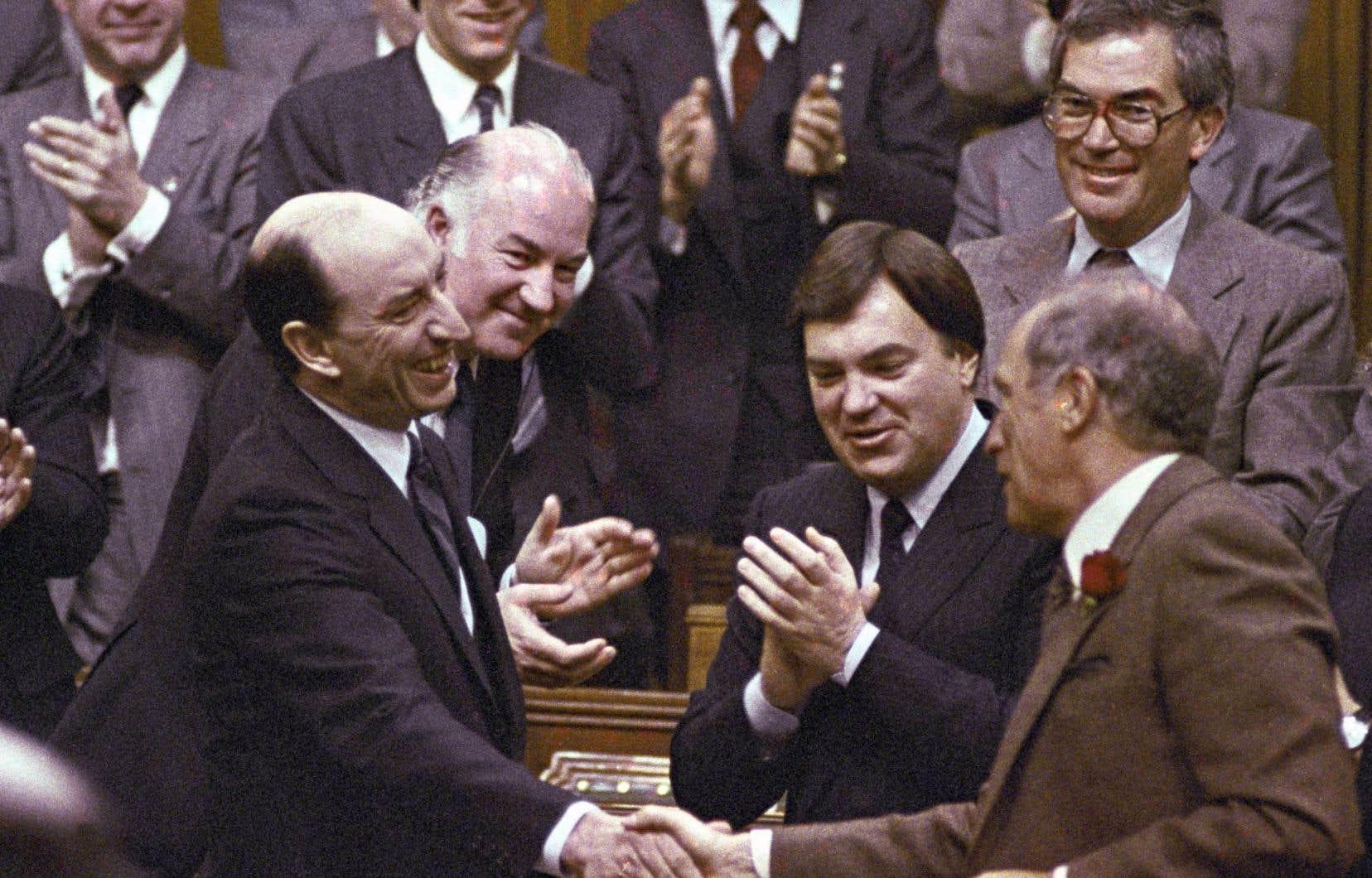 Le premier ministre Pierre Elliott Trudeau (à droite) félicitait son ministre des Finances, Marc Lalonde, pour le dépôt de son budget en 1983. L'année suivante, son gouvernement déposait le premier budget considéré comme moderne, le premier à être «conçu comme un outil de marketing politique».