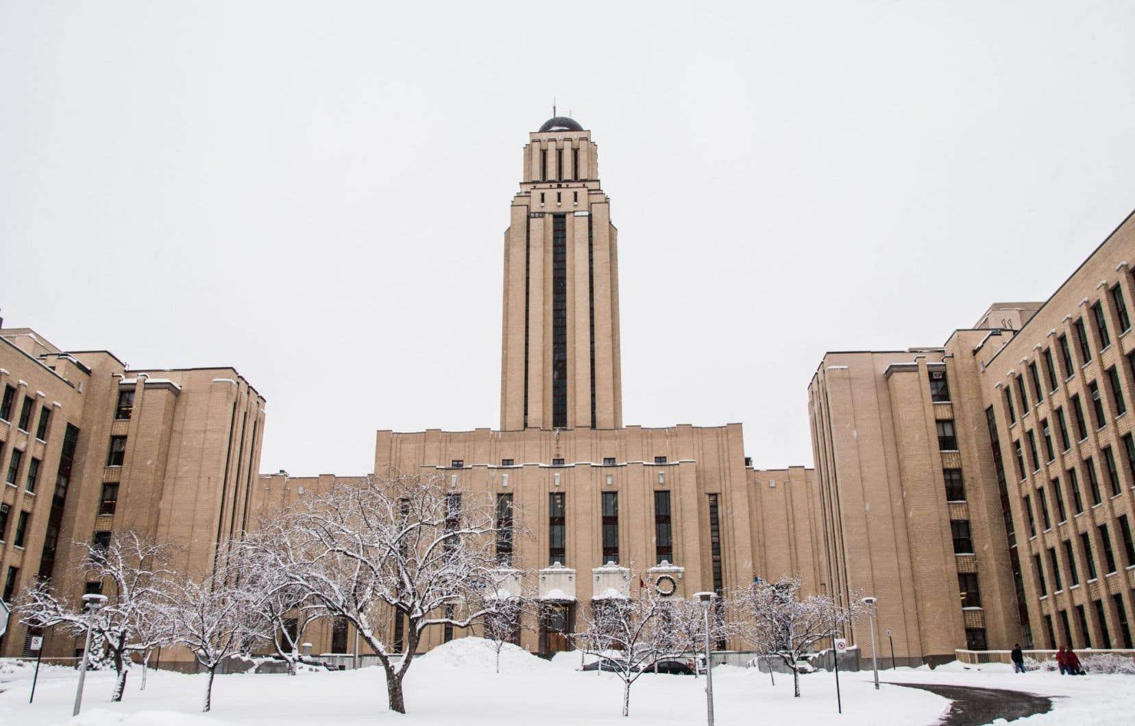 En 1943, l'Université de Montréal accueille un laboratoire secret de physique nucléaire dans l'aile ouest du pavillon principal.