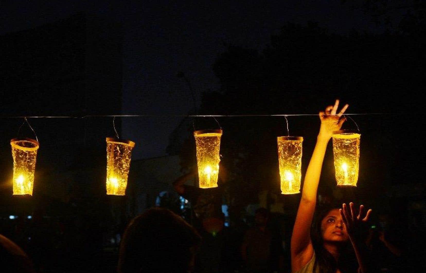 Au Sri Lanka, une femme allume une lampe à huile pour marquer l'événement «Une heure pour la planète».