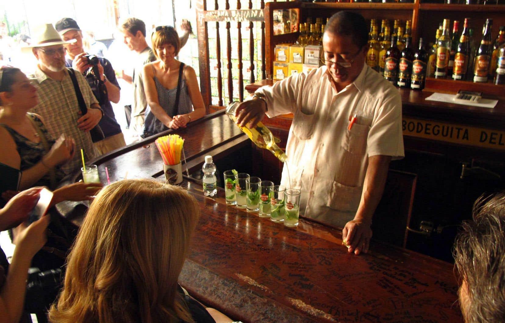 Les touristes s'agglutinent dans le petit bar mythique où Ernest Hemingway avait ses habitudes — et ses mojitos — à La Havane.