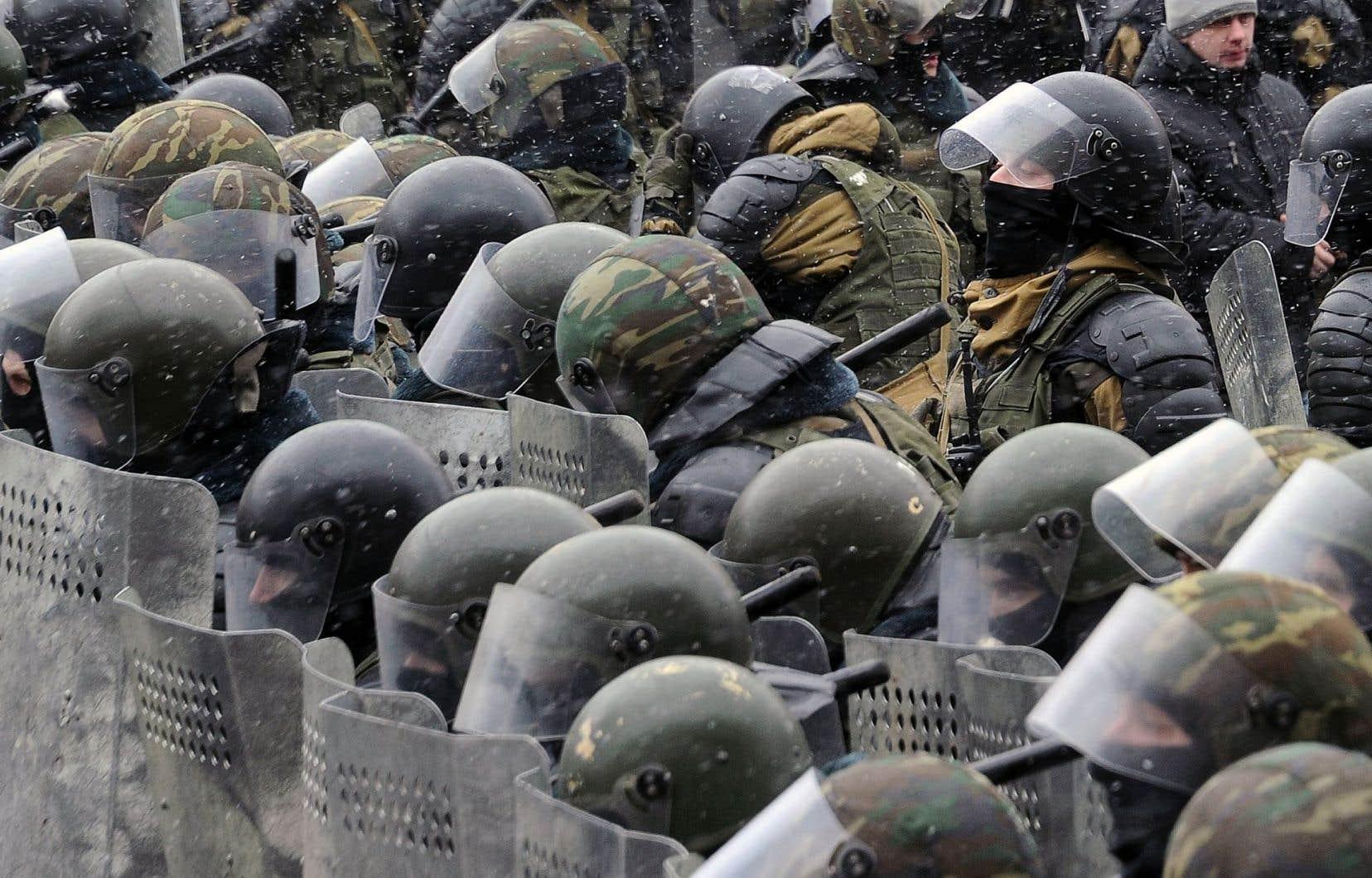 Policiers anti-émeutes lors d'une manifestation contre le président biélorusse, Alexandre Loukachenko