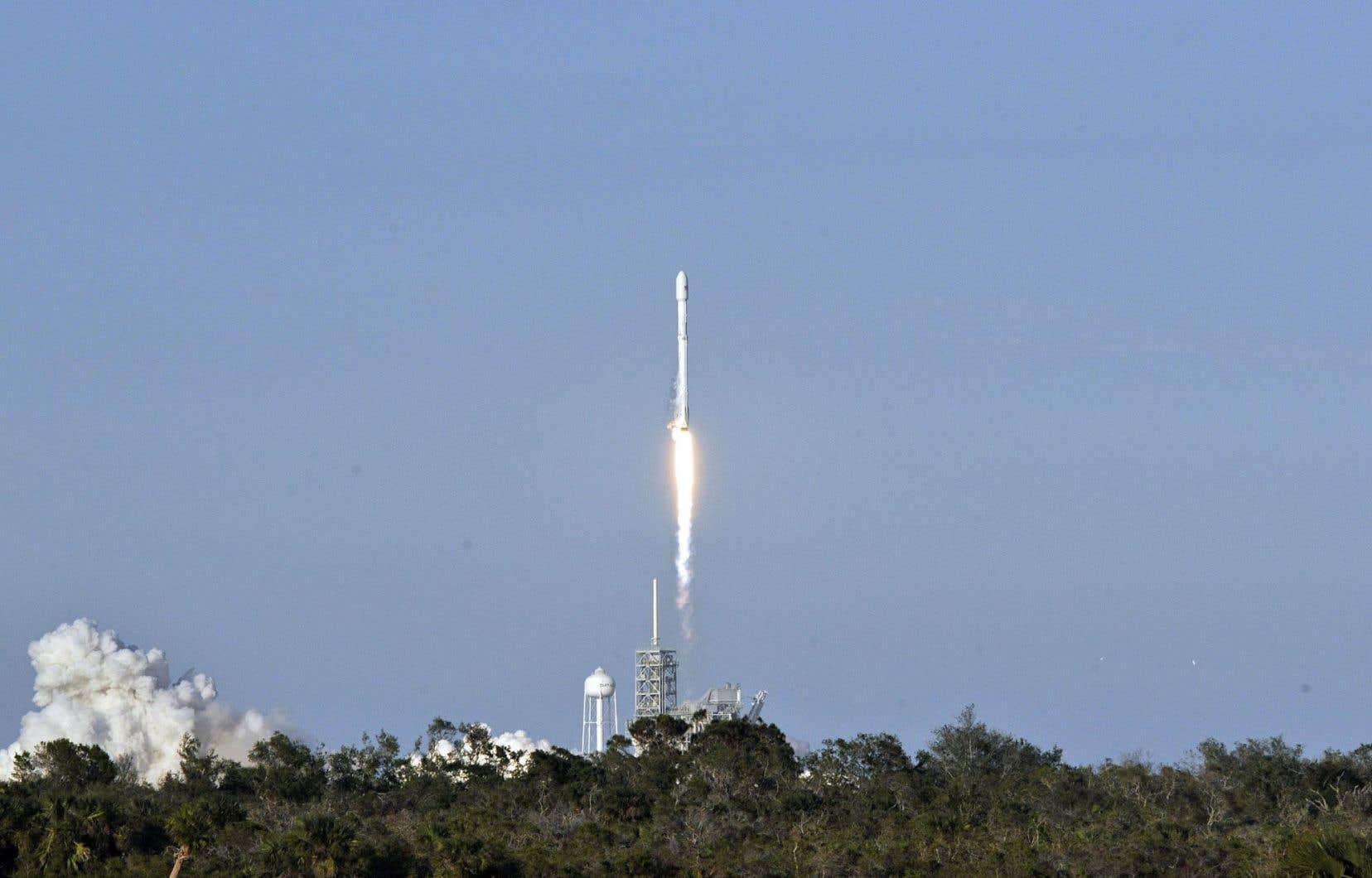 La fusée Falcon 9 de Space X s'élance vers le ciel à partir de la plateforme de lancement 39A au Kennedy Space Center, en Floride, le 30 mars 2017.