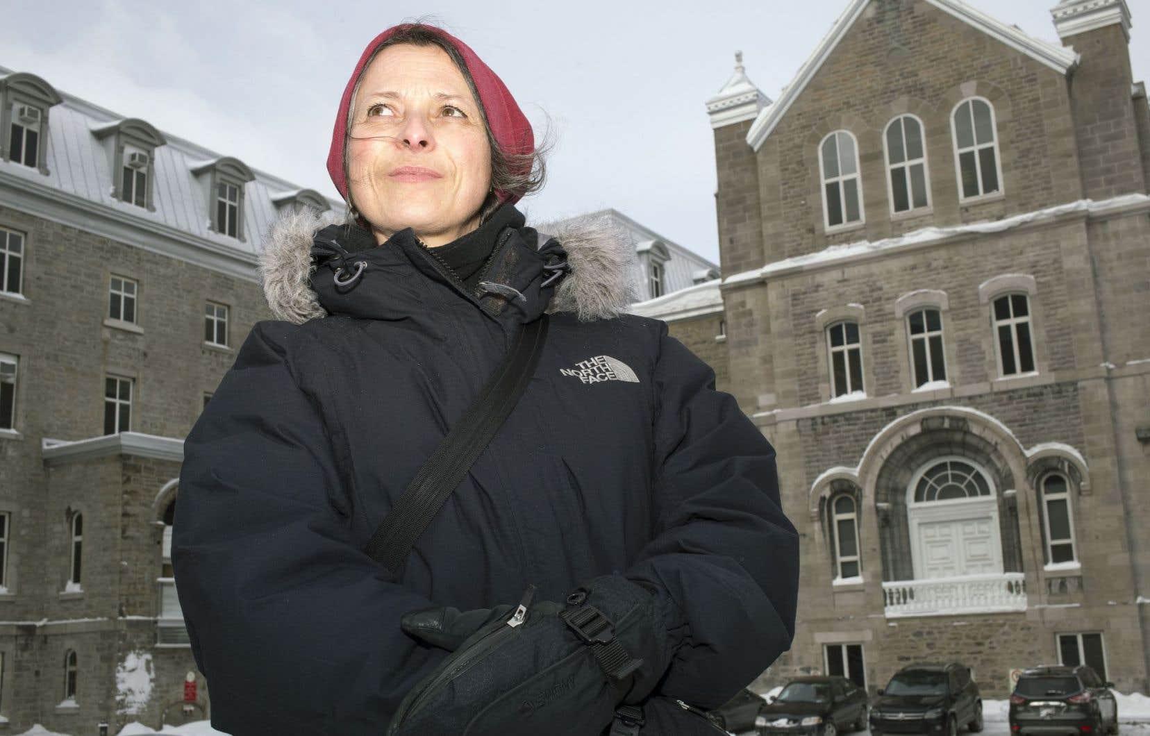 La documentariste Annabel Loyola devant l'Hôtel-Dieu de Montréal