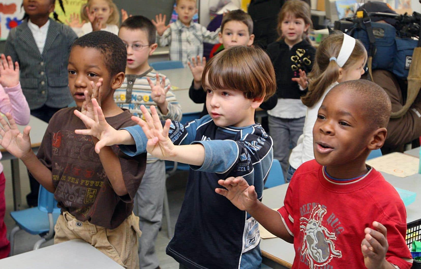 Plus on intervient tôt dans la vie des enfants, plus on a de chances d'encadrer ceux qui ont des difficultés à apprendre. En Ontario, les classes de maternelle et de première année ont été confiées à deux professionnels plutôt qu'à un seul.