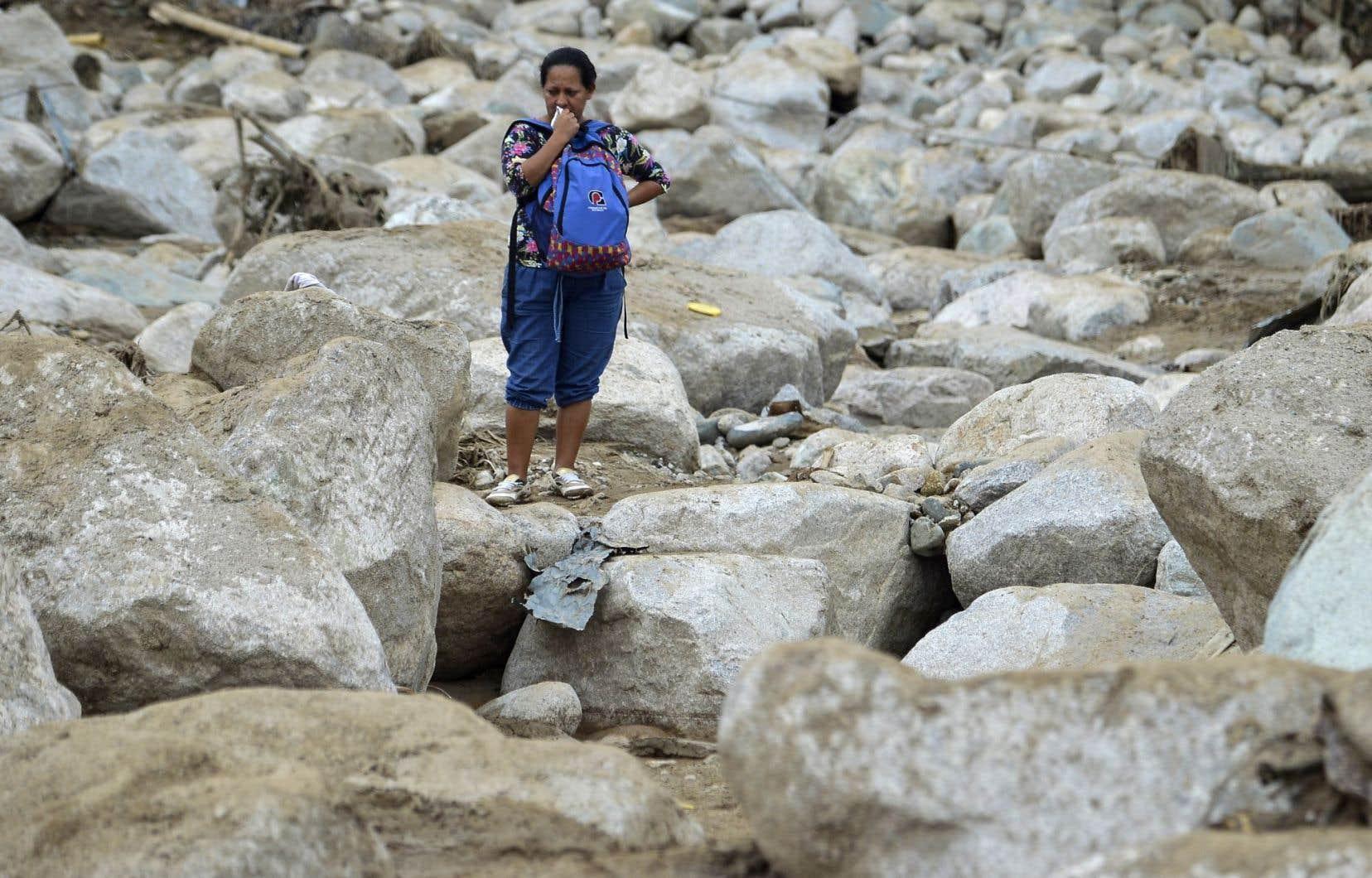 Une femme pleure dans les décombres à Mocoa.
