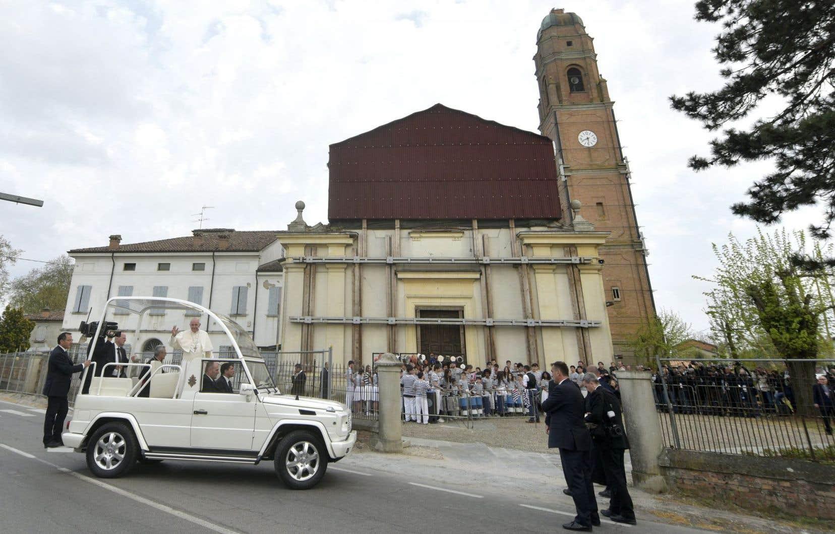 Le pape s'est exprimé devant la cathédrale de Mirandola, encore très endommagée par les séismes, qui ont fait 23 morts en mai 2012.