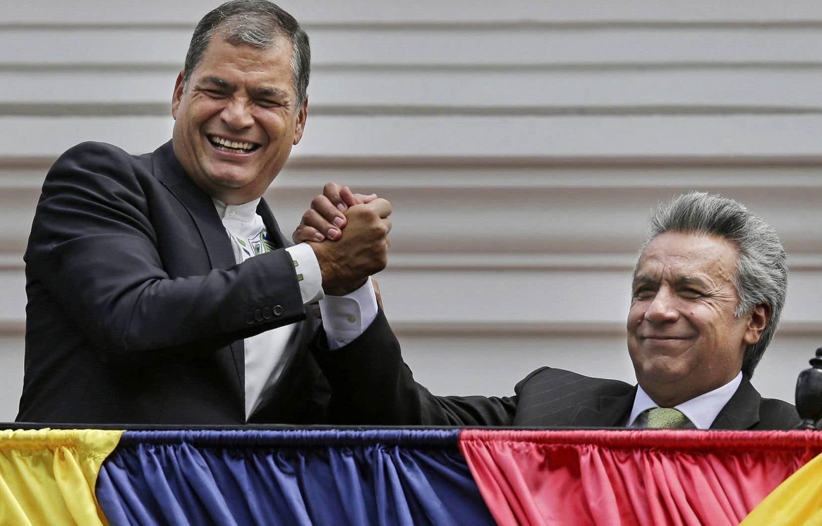 Le président sortant Rafael Correa (à gauche) félicite Lenin Moreno, élu à 51,16%, lundi à Quito.